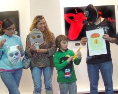 """Participantes del taller """"Haga su máscara"""" impartido por The Killer Film, el crítico enmascarado en la Cinemateca Distrital de Bogotá, Colombia."""
